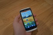 HTC Desire X in der Hand